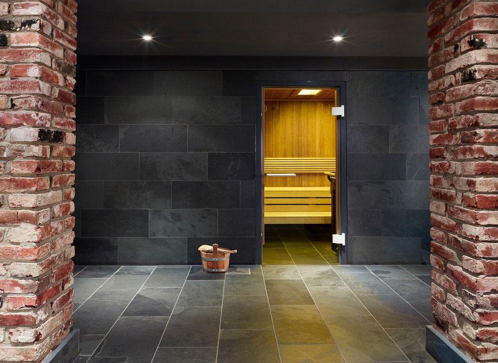 Mustang Schieferplatten (Fliesen) Wand und Boden im Wellnessbereich (Sauna) des Günnewig Hotel, Köln