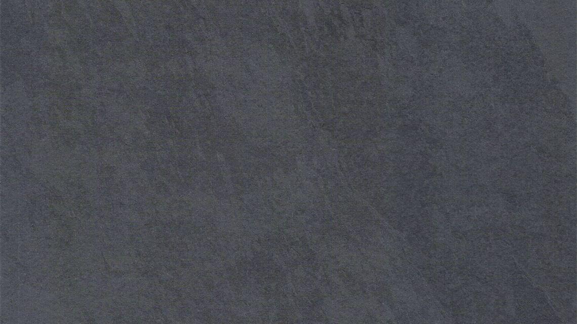 Mustang Schiefer - brasilianischer Schiefer - mit einer anthrazitfarbenen, sehr ebenen spaltrauen Oberfläche als Fliesen.