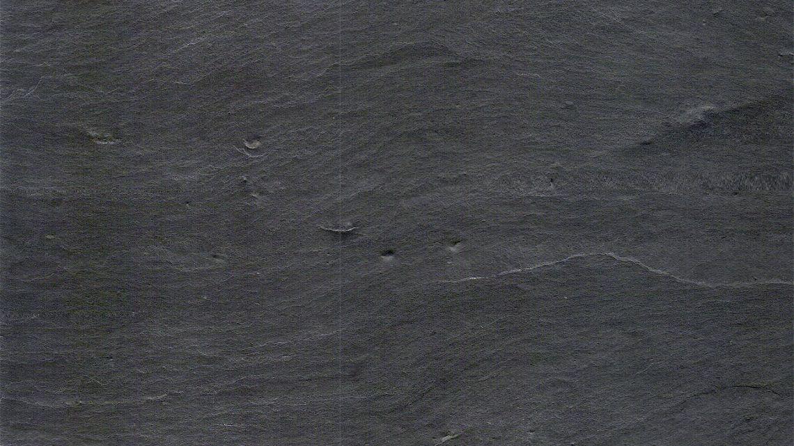 Porto Schiefer - portugiesischer Schiefer - schwarz als Fliesen mit einer teilweisen sehr groben Schieferstruktur.