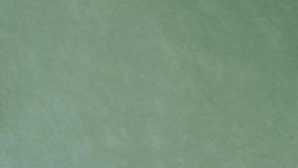 Jade Fliesen aus Brasilien mit einer hellgrünen Farbe und einer sehr ebenen spaltrauen Oberfläche.