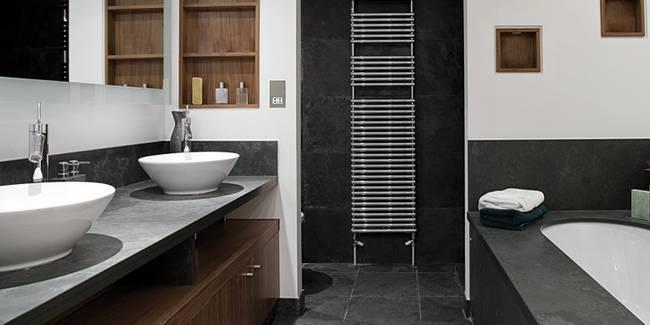 Mustang Schiefer im Bad als Waschtischplatte und Fliesen an Wand und Fussboden